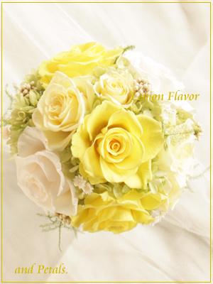 レモンイエローのバラが明るいプリザーブドフラワーのアレンジメント