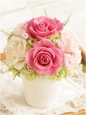 チェリーピンクのバラが華やかなプリザーブドフラワーのアレンジメント