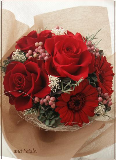 ガーベラとバラの真っ赤な花束