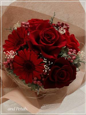 プリザーブドフラワーのガーベラとバラの真っ赤な花束
