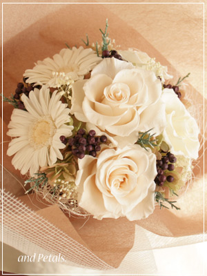 プリザーブドフラワーのガーベラとバラがシックなオフホワイトの花束