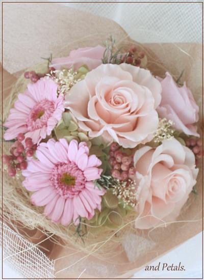 プリザーブドフラワーのガーベラとバラのガーリーなピンクの花束