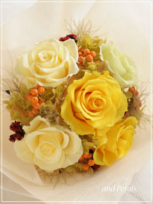 鮮やかなイエローが眩しいプリザーブドフラワーの花束
