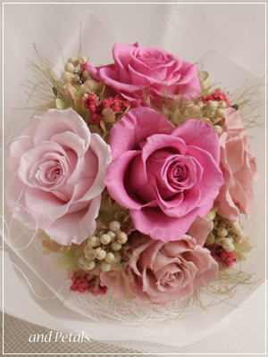 しっとりと大人ピンクが際立つプリザーブドフラワーの花束