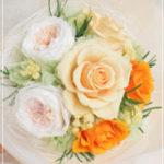 オールドローズと明るいオレンジの花束