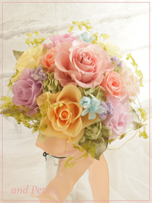 プリザーブドフラワーのバラとブルースターミックスカラーのカラフルなミニブーケ