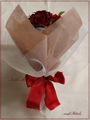 シックなワインレッドが素敵なプリザーブドフラワーの花束