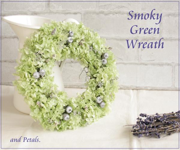 淡いグリーンのアナベルとシルバーグレーのナチュラルなプリザーブドフラワーのリース