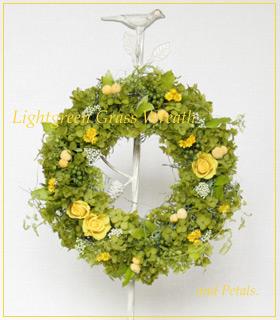 プリザーブドフラワーのアナベルを使った明るいグリーンとイエローの小花のリース
