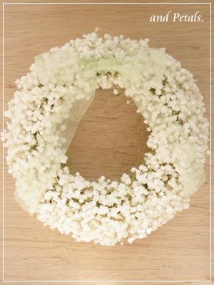 結婚式の両親への花束贈呈にプリザーブドフラワーのカスミソウだけのリース