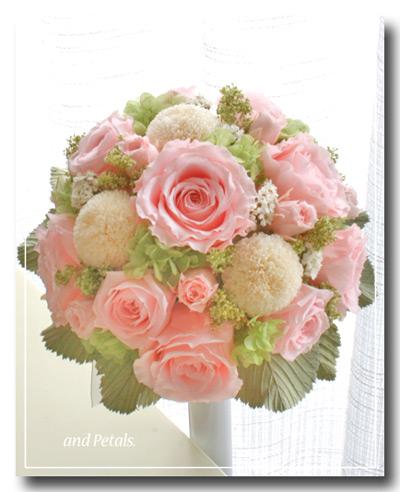 プリザーブドフラワーのバラとピンポンマムのラウンドブーケ