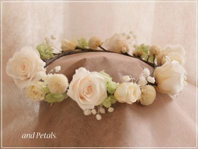 オフホワイトのバラと小花を使ったナチュラルなプリザーブドフラワーの花冠