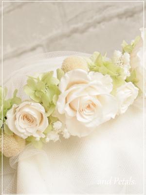 プリザーブドフラワーのバラとカスミソウのナチュラルな花冠