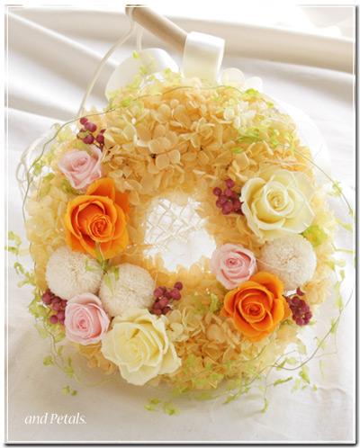 プリザーブドフラワーのバラとピンポンマムを使ったビタミンカラーのリースブーケ