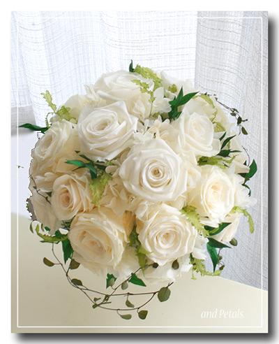 オフホワイトのバラをたっぷり使ったプリザーブドフラワーのラウンドブーケ