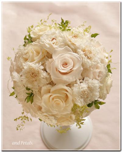 プリザーブドフラワーのバラとスカビオサを使ったラウンドブーケ