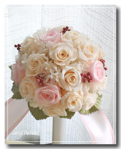 オフホワイトとピンクのバラがかわいいプリザーブドフラワーのラウンドブーケ