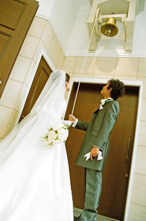 オフホワイトのバラをたっぷり使ったプリザーブドフラワーのセミキャスケードブーケ