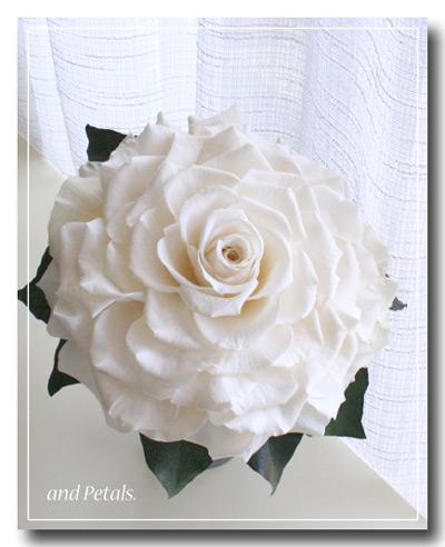 オフホワイトのバラの花びらをたっぷり使ったプリザーブドフラワーのローズメリアブーケ