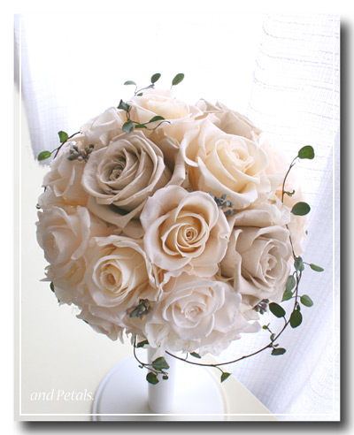 シャンパンホワイトと淡いベージュのバラがシックなプリザーブドフラワーのラウンドブーケ