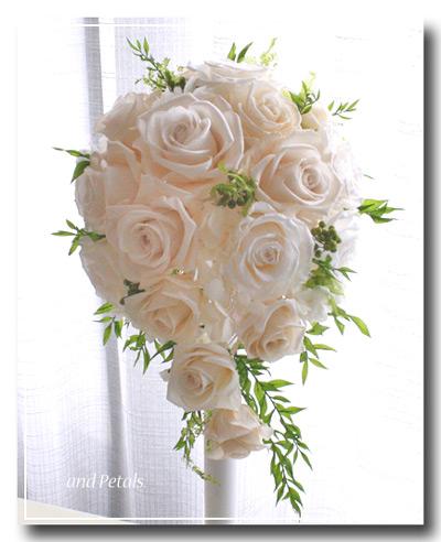 オフホワイトのバラがエレガントなプリザーブドフラワーのセミキャスケードブーケ