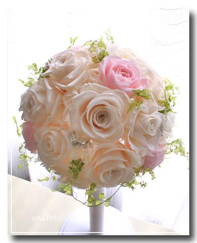 淡いピンクとオフホワイトプリザーブドフラワーのバラを使った優しい印象のラウンドブーケ
