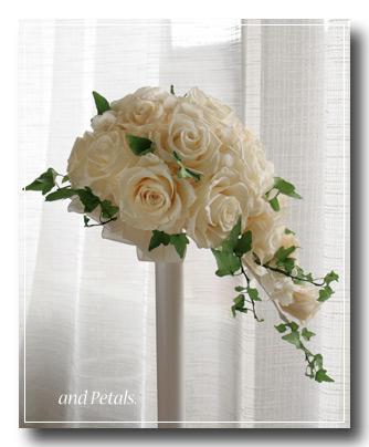 オフホワイトのバラとアイビーが清楚なプリザーブドフラワーのセミキャスケードブーケ