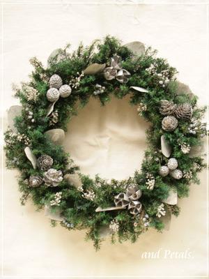 シルバーの実とエバーグリーンがシックでクラシックなプリザーブドフラワーのクリスマスリース