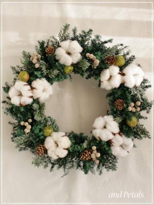 コットン(綿の実)と針葉樹を使ったナチュラルなプリザーブドフラワーのクリスマスリース