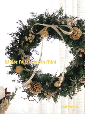 針葉樹がナチュラルでシックなプリザーブドフラワーのクリスマスミニリース
