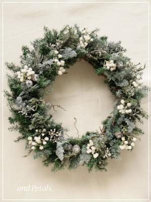 粉雪の積もったようなプリザーブドフラワーの針葉樹を使ったクリスマスリース