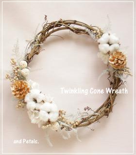 コットンと松ぼっくりがキラキラしたプリザーブドフラワーのクリスマスリース
