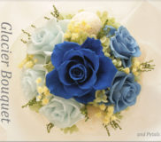 澄んだ青空と輝く氷河のようなブルーの花束