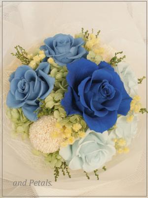 プリザーブドフラワーならではの青いバラを使ったブルーの花束