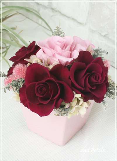 バーガンディのバラが印象的なアレンジメント