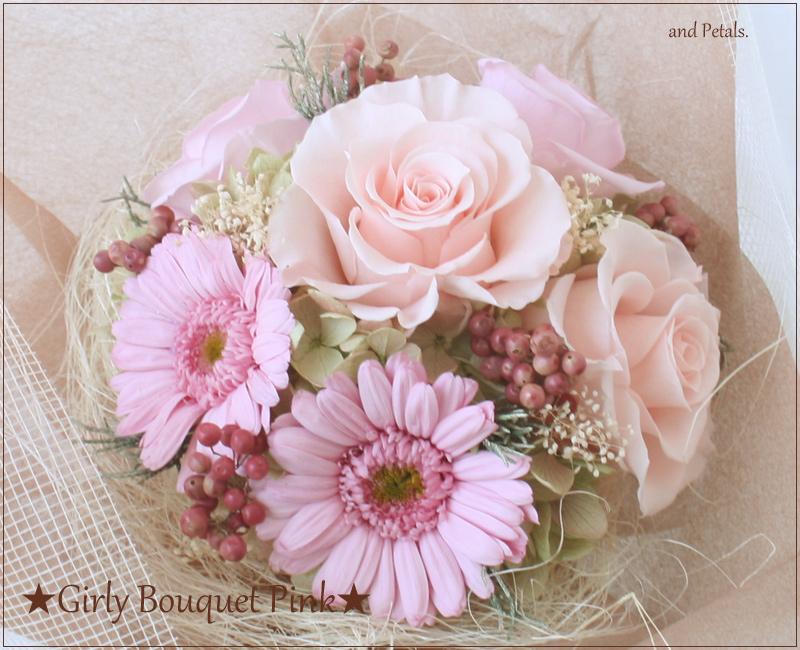ガーリーなピンクのガーベラとバラの花束