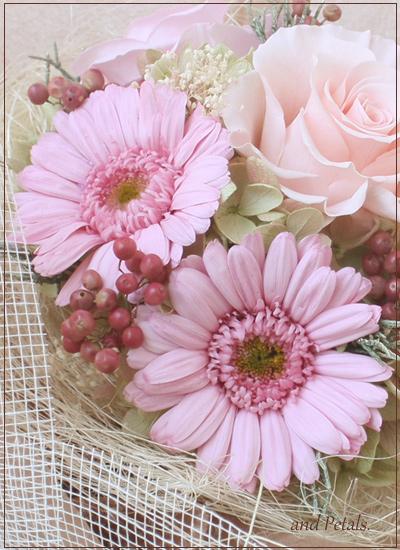 ガーリーなピンクkのガーベラとバラの花束