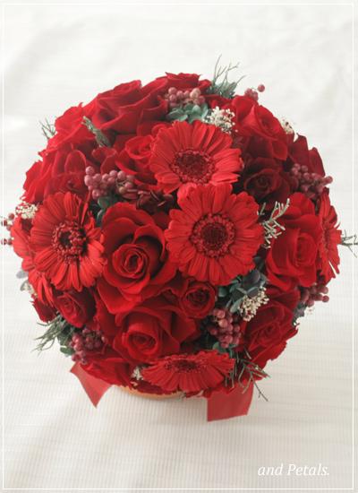 ガーベラとバラの深紅のブーケ